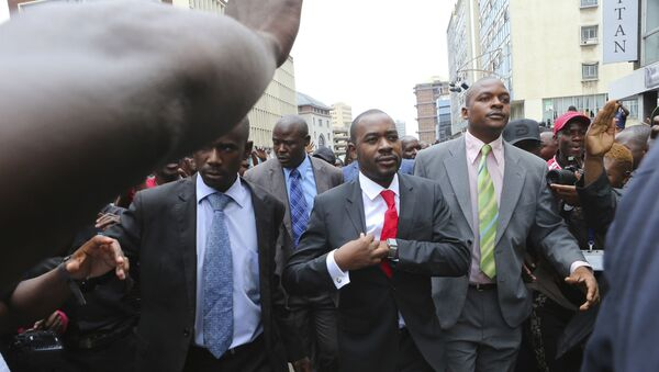 Zimbabwe top opposition leader Nelson Chamisa, center, arrives to deliver his speech at the party headquarters in Harare, Wednesday, Nov. 20, 2019. - Sputnik International