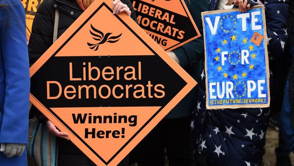 Supporters wait for the arrival of Britain's opposition Liberal Democrats leader Jo Swinson for a general election campaign visit to an eco home building site in Sheffield, north England on November 22, 2019 - Sputnik International