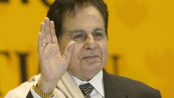 Veteran Bollywood actor Dilip Kumar acknowledges the audience on receiving a Lifetime Achievement award at the 54th National Film Award ceremony in New Delhi, India, Tuesday, Sept. 2, 2008 - Sputnik International