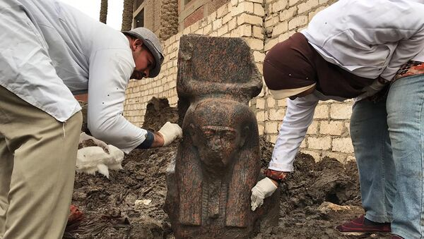 Archaeologists with a fragment of a statue of ancient Egyptian Pharaoh Ramesses II in the village of Mit Rahinah, Egypt - Sputnik International