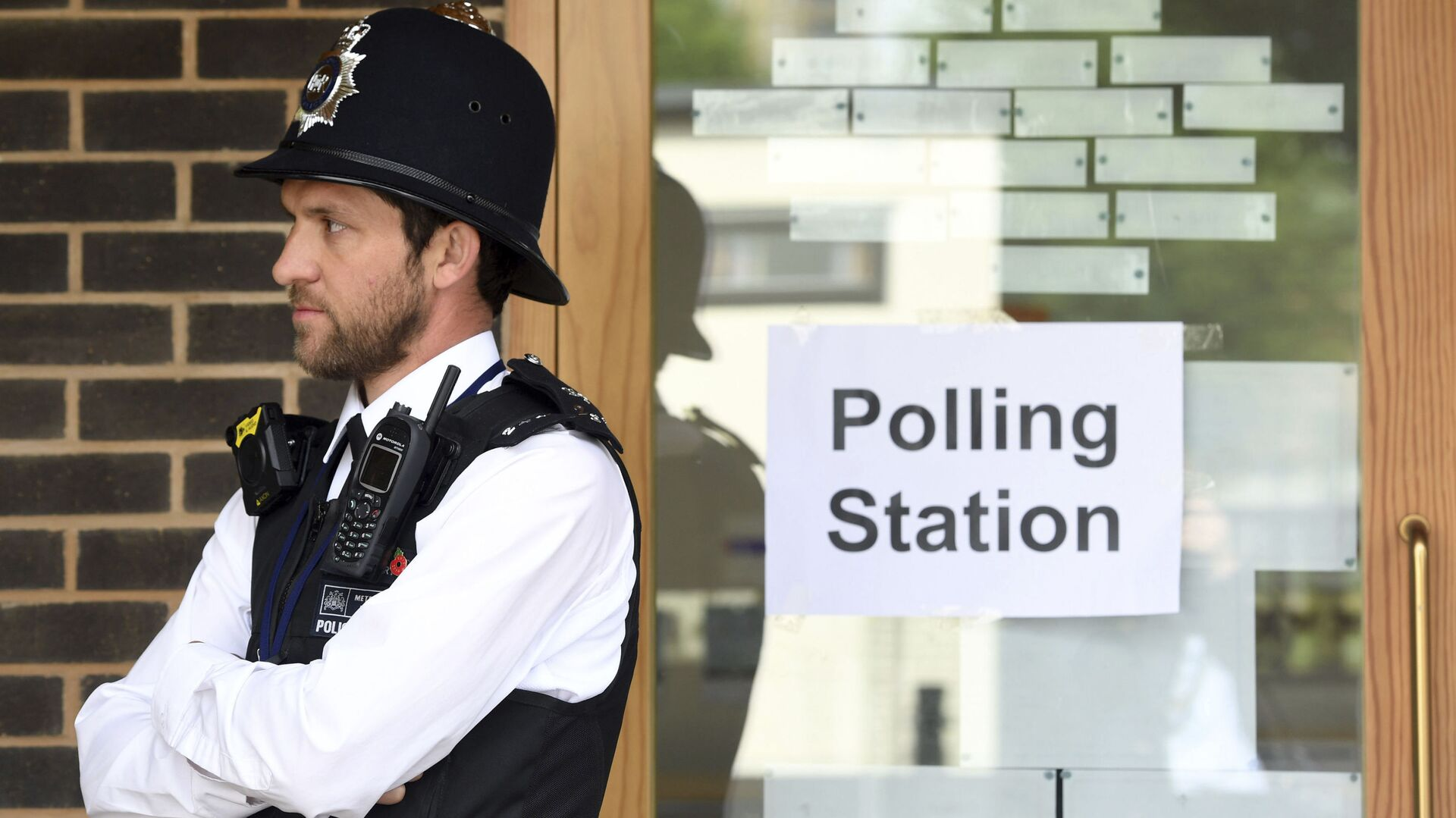 A police officer is stationed outside a polling station at Cubitt Town Infant and Junior School on the Isle of Dogs in London, as people cast their votes in the general election (File) - Sputnik International, 1920, 30.09.2021