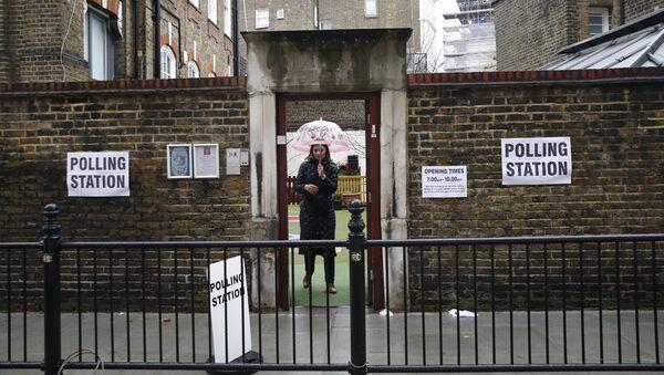 A woman leaves a polling station in London, Thursday, 12 December 2019 - Sputnik International