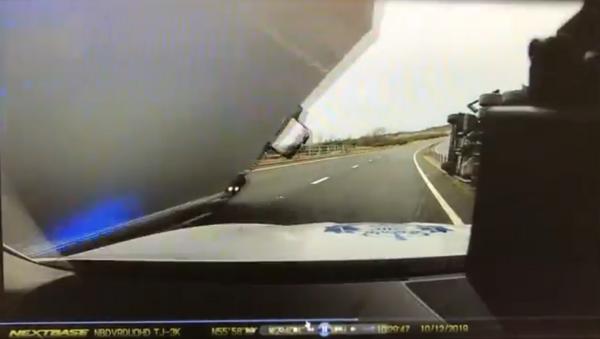 Scottish cop has near-death experience after strong winds push massive lorry onto patrol car. - Sputnik International
