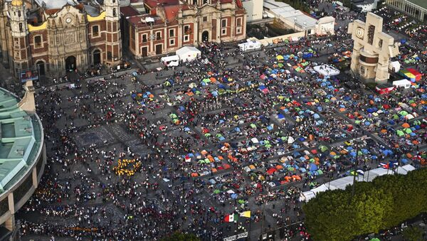 Pilgrims gathering outside the Basilica of Guadalupe in Mexico City - Sputnik International