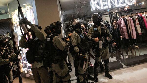 A police officer inside a mall, in Hong Kong - Sputnik International