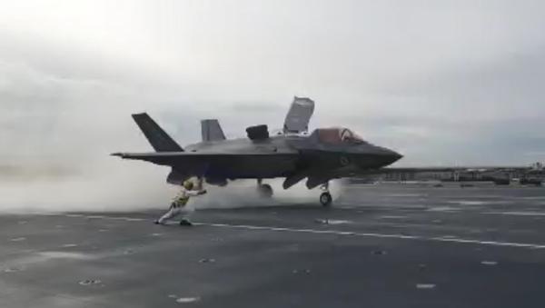 An F-35B prepares for takeoff on the HMS Queen Elizabeth - Sputnik International