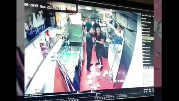 Waitress posts a video showing her clumsiness - Sputnik International