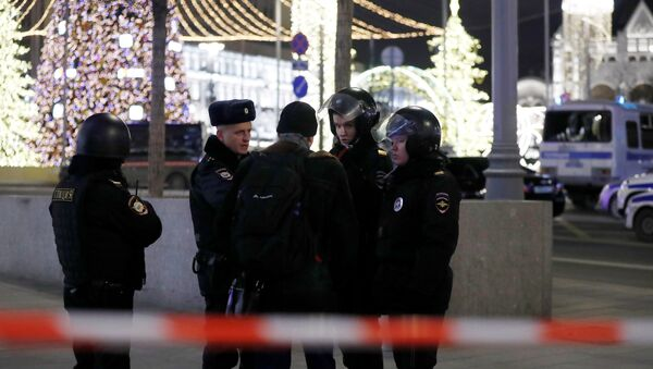 Security officers stand guard on a street near the Federal Security Service (FSB) building after a shooting incident,  in Moscow, Russia December 19, 2019. REUTERS/Evgenia Novozhenina - Sputnik International