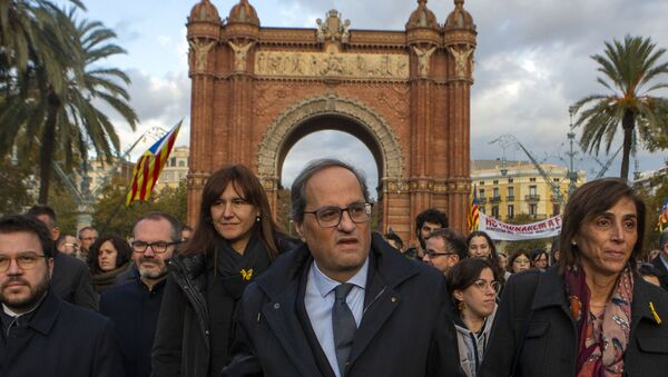 Catalan regional president Quim Torra, centre, arrives at the Catalonia's high court in Barcelona, Spain, Monday, Nov.18, 2019. The pro-independence regional president of Catalonia is standing trial for allegedly disobeying Spain's electoral board by not removing pro-secession symbols from public buildings during an election campaign. - Sputnik International