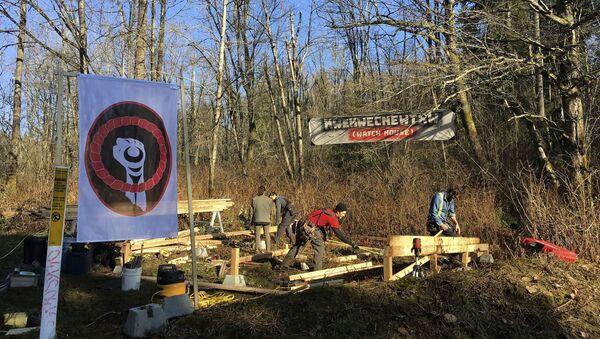 Anti-pipeline activists build a so-called Watch House near Kinder Morgan's tank farm in Burnaby, British Columbia - Sputnik International