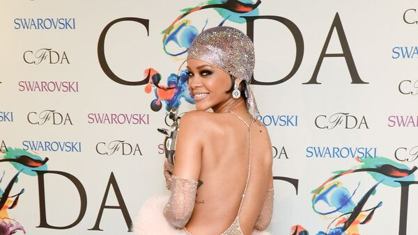 Fashion Icon Award honoree Rihanna poses with her award at the 2014 CFDA Fashion Awards at Alice Tully Hall on Monday, 2 June 2014, in New York. - Sputnik International