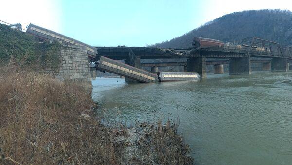 Railroad Freight Cars Plunge into Potomac River in West Virginia 21.12.2019 - Sputnik International