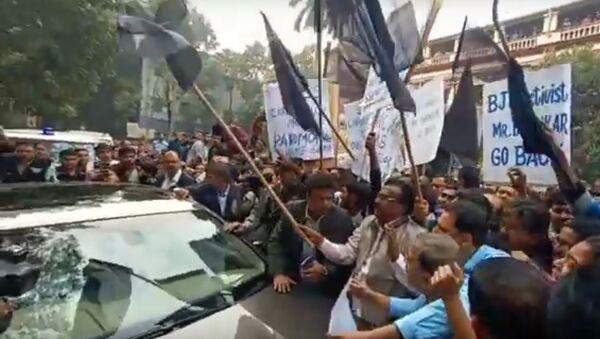 Jadavpur University: Governor Jagdeep Dhankhar mobbed by students, shown black flag - Sputnik International