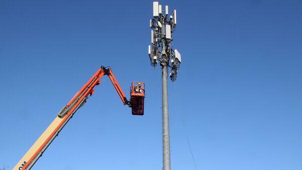 A contract crew from Verizon installs 5G telecommunications equipment on a tower in Orem, Utah, taken 3 December 2019 - Sputnik International