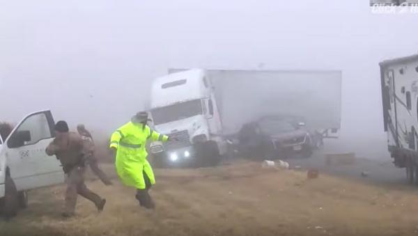 Video: Dramatic Footage Shows US State Troopers Barely Dodge Barreling Semi-Truck - Sputnik International