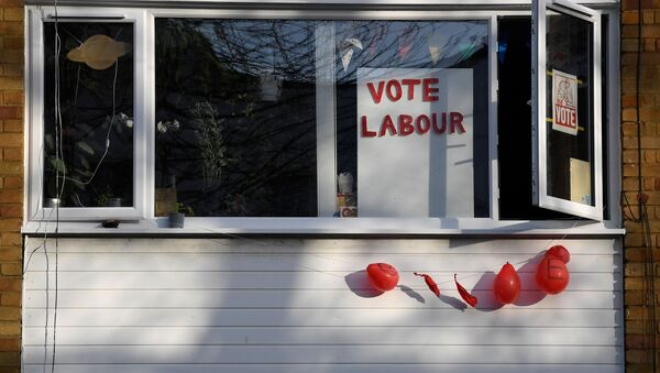 Political election campaign messages and broken balloons are seen in the same street where Labour party leader Jeremy Corbyn lives, in London, Britain, 14 December 2019. - Sputnik International