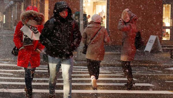 People walk during snow squalls in New York City - Sputnik International