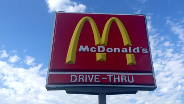 A Junction City McDonald's is receiving attention after a Herington police officer said he received a coffee with foul language written on it. - Sputnik International