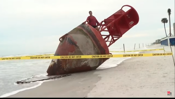 Woman seen on big red buoy from South Carolina that repeatedly went missing and was discovered on beach in Florida - Sputnik International