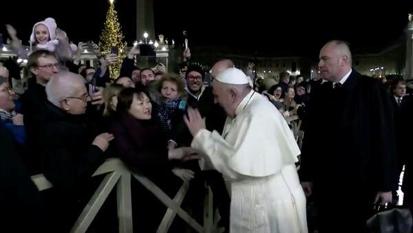 Pope Francis Slaps Woman Who Grabbed Him - Sputnik International