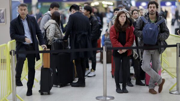 UK Passengers wait at the front of a queue for the next express train to Gatwick Airport - Sputnik International