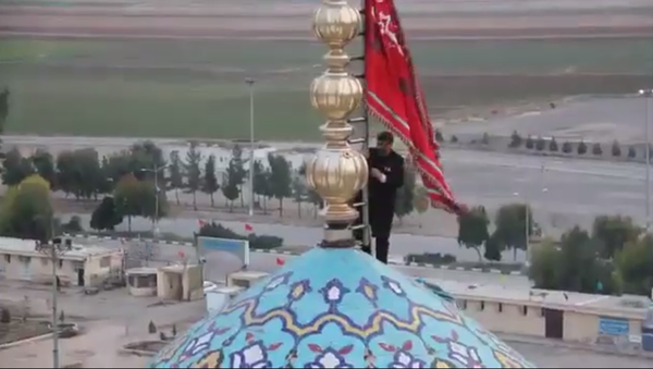 Red Flag of Revenge spotted over Major Shiite Mosque in Qom, Iran. Screenshot from Iranian television. - Sputnik International