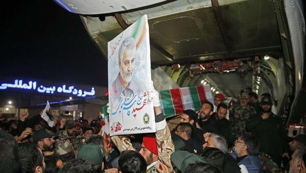 People carry the casket of Iranian commander Qasem Soleimani upon arrival at Ahvaz International Airport in southwestern Iran on January 5, 2020. - Sputnik International
