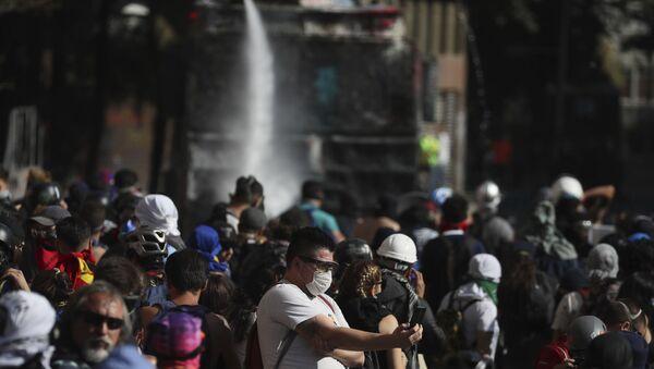 An anti-government demonstrator in Santiago, Chile - Sputnik International