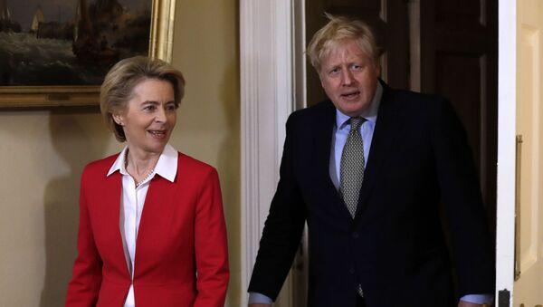 Britain's Prime Minister Boris Johnson with European Commission President Ursula von der Leyen inside 10 Downing Street - Sputnik International