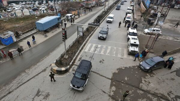 Indian security personnel stand guard as a convoy believed to be transferring foreign diplomats moves in Srinagar, January 9, 2020 - Sputnik International