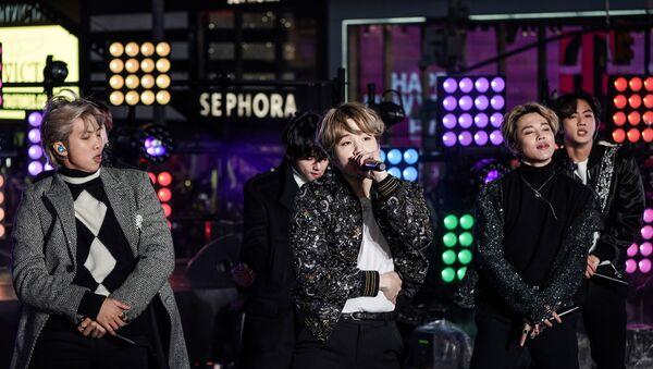 Suga is seen in the centre as BTS performs during New Year's Eve celebrations in Times Square - Sputnik International