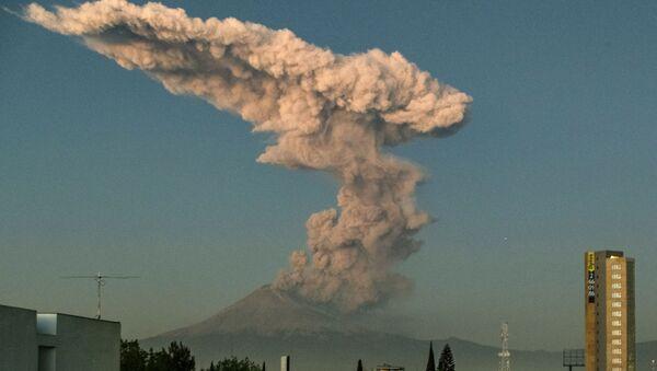 The Popocatepetl Volcano in central Mexico - Sputnik International