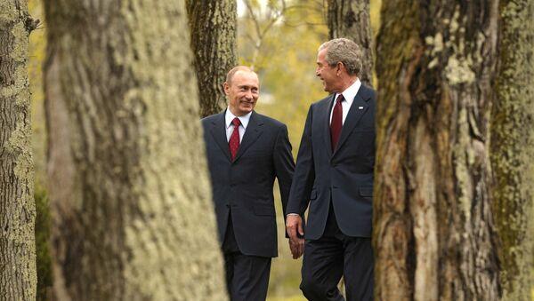 Russian President Vladimir Putin and US President George W. Bush in in the Russian resort city of Sochi - Sputnik International