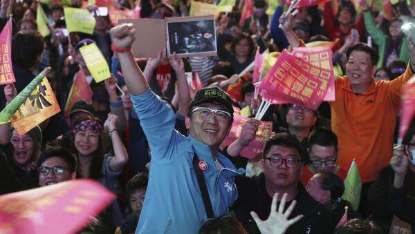 Supporters of Taiwan's 2020 presidential election candidate, Taiwan president Tsai Ing-wen cheer for Tsai's victory in Taipei, Taiwan, Saturday, Jan. 11, 2020. (AP Photo/Chiang Ying-ying) - Sputnik International