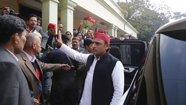 Samajwadi Party national president Akhilesh Yadav waves to his supporters as he arrives to address a press conference in Lucknow, India, Friday, Jan. 3, 2020 - Sputnik International