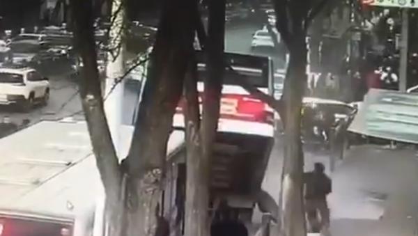 Enormous Sinkhole in China Swallows Bus, Leaving Six Dead - Sputnik International