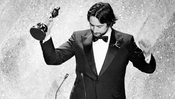 Actor Robert De Niro accepts the Oscar for his performance in Raging Bull, at the 53rd annual Academy Awards show in Los Angeles, Calif., on March 31, 1981.  - Sputnik International