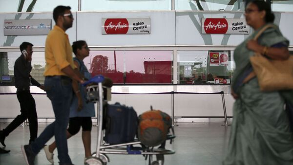 Passengers walk past the sales centre of AirAsia at Kempegowda International Airport in Bangalore, India, Wednesday, May 30, 2018 - Sputnik International