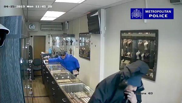 Viral CCTV footage of a robbery in Harringey, London - Sputnik International