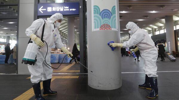 Рабочие дезинфицируют станцию Сусео в Сеуле в расках борьбы с коронавирусам, Южная Корея - Sputnik International