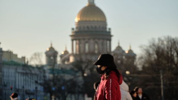 Chinese tourist in a protective mask on Palace Square in St. Petersburg - Sputnik International