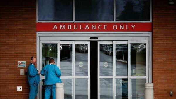 Employees next to the ambulance entrance at Providence Regional Medical Center in Everett, Washington - Sputnik International