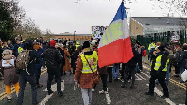 Protestors from the Gilet Jaunes (Yellow Vests) movement gather outside HMS Belmarsh Prison - Sputnik International