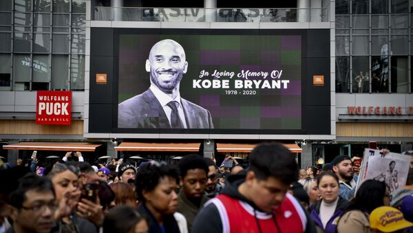 Fans mourn the loss of NBA legend Kobe Bryant outside of the Staples Center in Los Angeles - Sputnik International