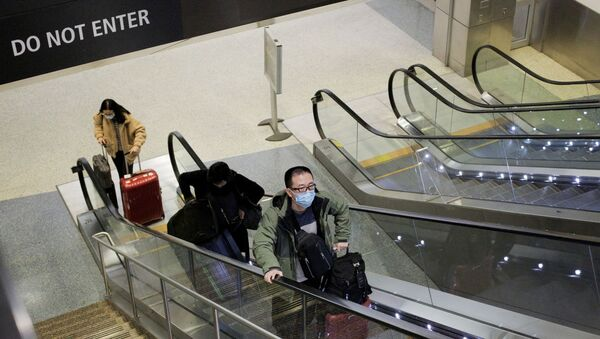 A traveller wearing a mask arrives on a direct flight from China - Sputnik International
