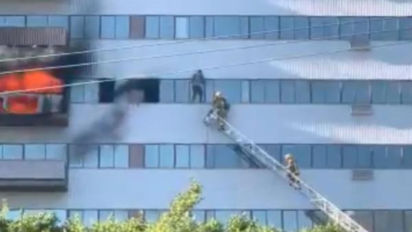 Dramatic Footage Captures Man Dangling From Burning Los Angeles High-Rise - Sputnik International