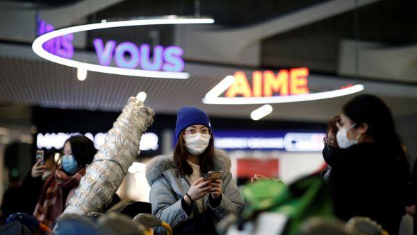 Tourists from an Air China flight from Beijing wear protective masks - Sputnik International