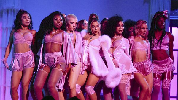 Ariana Grande, center, performs a medley at the 62nd annual Grammy Awards on Sunday, Jan. 26, 2020, in Los Angeles.  - Sputnik International
