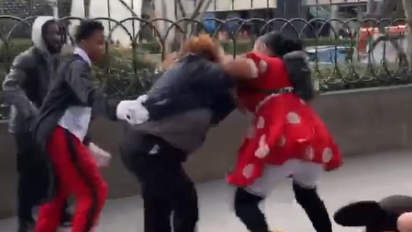 Las Vegas Woman in Minnie Mouse Costume Filmed Beating Up Security Guard - Sputnik International