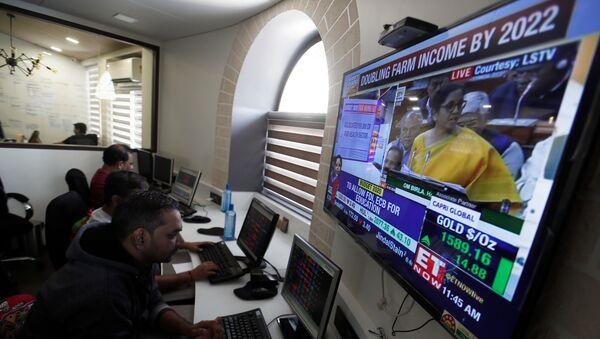 Brokers work at their computer terminal at a stock brokerage firm in Mumbai - Sputnik International